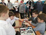 на картинке дети работают с конструктором