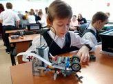 на картинке мальчик собирает робота