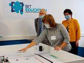 на картинке педагог показывает на поле для робота
